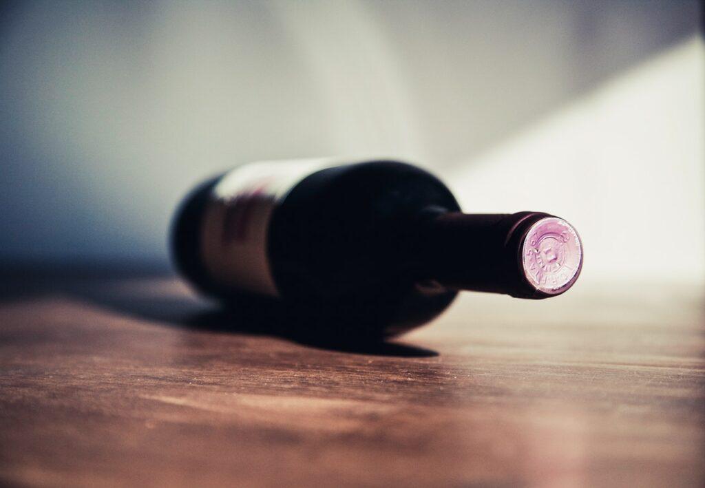 Die Flasche zeigt auf Gruppensex